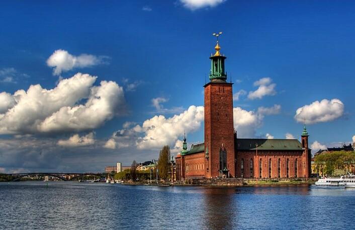 Det skal godt gjøres å komme seg fra Oslo til Stadshuset i Stockholm på fire timer selv med fly. Nå hevder et nytt privat selskap at de kan etablere hurtigtog som kan presse reisen ned i to og en halv time på enkelte avganger. Foto: Michael Caven / Flickr
