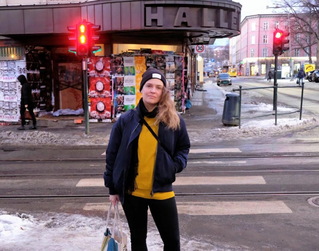 Gro Larsson har tatt initiativ til å få framtiden til Halléngården opp i bystyret.  Hun vil gjerne at folk skal få oppleve gårdens pomp og prakt igjen. Foto: Christian Boger