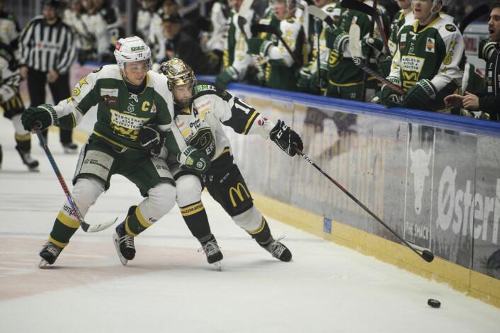 Stavanger Oilers Jacob Lagace i duell med Manglerud Stars Jesper Hoel Foto: Carina Johansen / NTB Scanpix