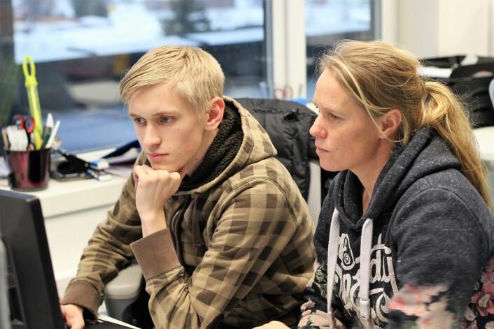 Egil skriver jobbsøknad, og Maren hjelper til om det trengs. Foto: André Kjernsli