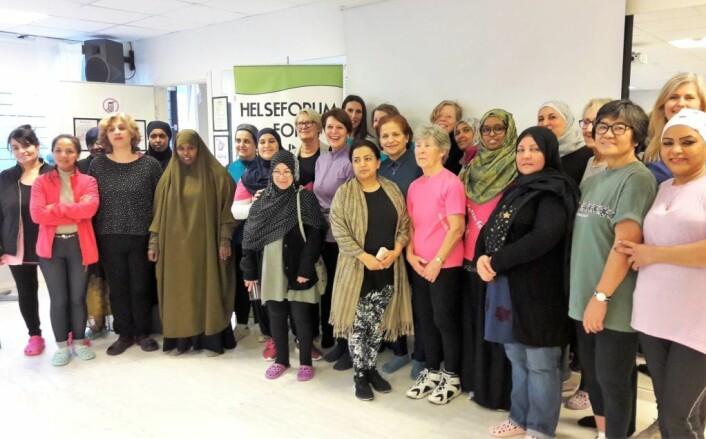 Byråd Tone Tellevik Dahl sammen med frivillige, ansatte og noen av deltagerne hos Helseforum for kvinner. Foto: Anders Høilund