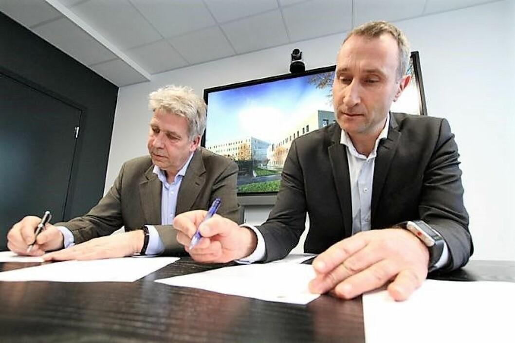 Tore Fredriksen fra Omsorgsbygg og Ståle Rød fra Skanska er begge glade for å ha signert kontrakten om samspillsentreprise. Foto: Omsorgsbygg
