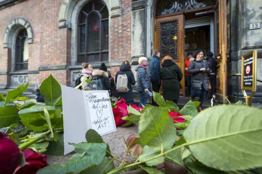 Noen har lagt igjen blomster og hilsen ved inngangen til Nasjonalgalleriet som stenger dørene for godt søndag 13. januar 2019. Den enestående kunstsamlingen flyttes til det nye Nasjonalmuseet som åpner i 2020. Foto: Heiko Junge / NTB scanpix