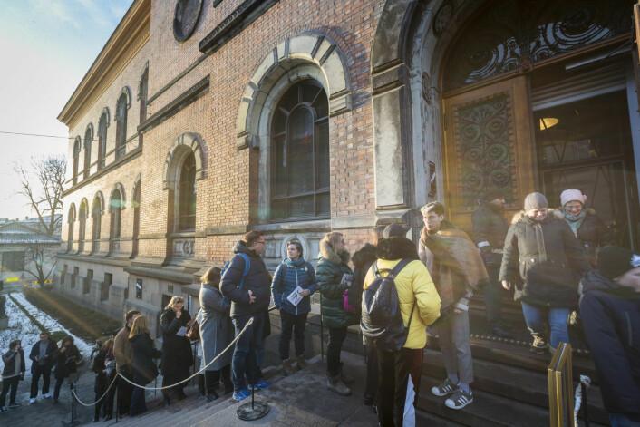 Publikum strømmet til Nasjonalgalleriet i Universitetsgata timer før dørene ble stengt søndag 13. januar 2019. Den enestående kunstsamlingen flyttes til det nye Nasjonalmuseet som åpner ved den gamle Vestbanetomta i 2020. Foto: Heiko Junge / NTB scanpix