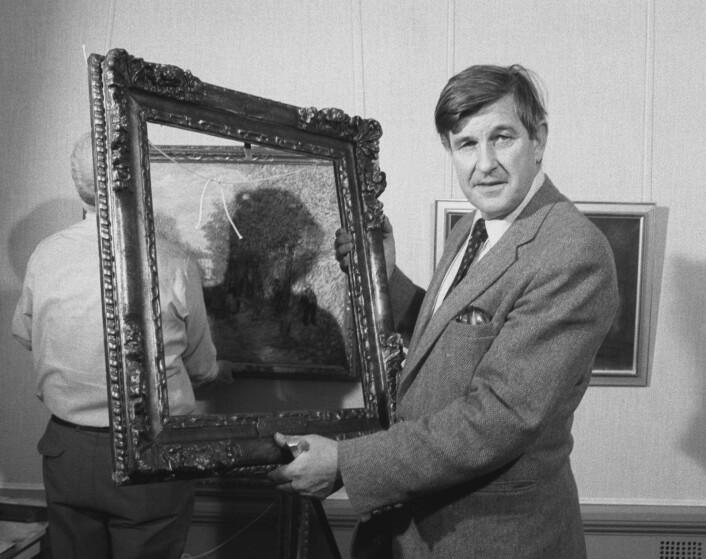 I oktober 1982 ble Nasjonalgalleriet frastjålet åtte bilder til en verdi av mellom 20-30 millioner kroner. Her viser direktør Knut Berg frem en av de tomme rammene man fant da galleriet åpnet dørene. Foto: Paul Owesen NTB / scanpix