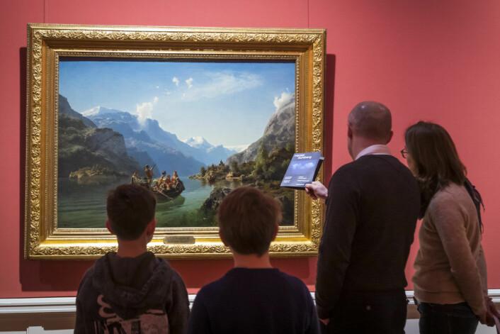 Publikum ser på «Brudeferden i Hardanger», utført i 1848 av malerne Adolph Tidemand og Hans Gud. Kunstverket henger på Nasjonalgalleriet som stenger dørene for godt søndag 13. januar 2019. Den enestående kunstsamlingen flyttes til det nye Nasjonalmuseet som åpner i 2020. Foto: Heiko Junge / NTB scanpix