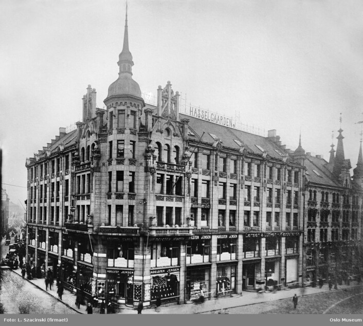 Rehabiliteringsekspertene i firmaet Kirkestuen AS skal tilbakeføre så mye som mulig av denne fasaden. Men tårnet blir ikke gjenoppbygget. Foto: L. Szacinski / Oslo museum, 1908