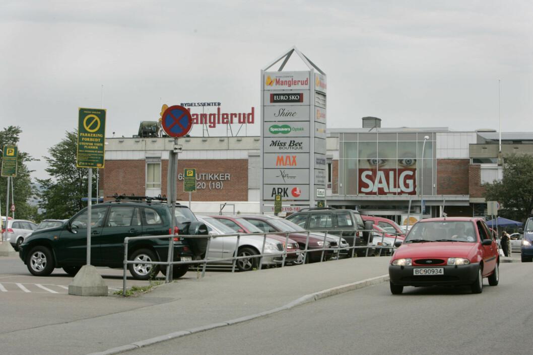 � Byrådet må legge den nye parkeringsnormen på is, sier direktør for handel i hovedorganisasjonen Virke. Her et bilde av parkeringsplassen ved Manglerud senter. Foto: Terje Bendiksby / scanpix