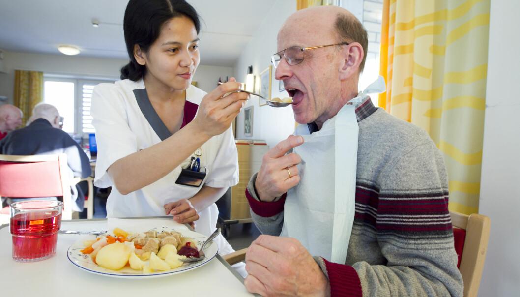 Antallet private sykehjem går ned i Oslo. Her får en pasient servert middagen av en helsefagarbeider. Illustrasjonsbilde: Heiko Junge / Scanpix