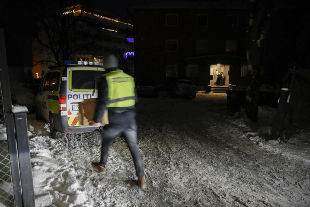 En mann i 30-årene er fraktet til sykehus med kritiske skader etter en voldshendelse i Oslo torsdag kveld. Politiet ble varslet av en person i en leilighet i Sinsenveien hvor fornærmede hadde tatt seg inn.  Foto: Vidar Ruud / NTB scanpix