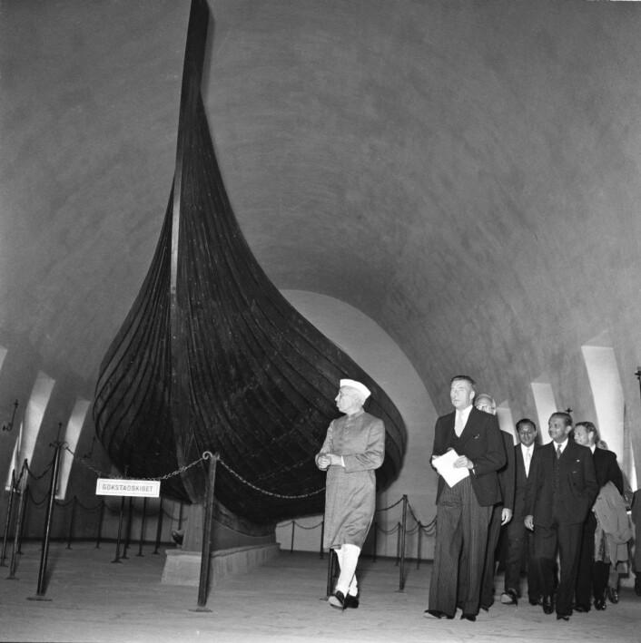Statsminister Jawaharlal Nehru fra India sjarmerer nordmenn. Her fra Vikingskipmuseet på Bygdøy 29. juni 1957, hvor han ser på Gokstadskipet. Foto: NTB / SCANPIX
