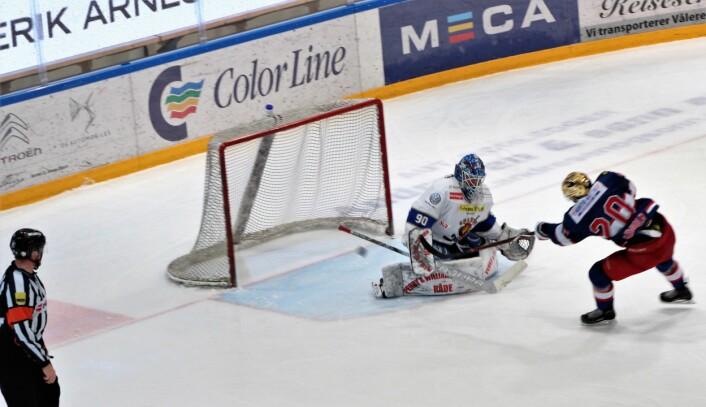 Rasmus Ahlholm setter Enga sin femte scoring sikkert. Foto: André Kjernsli