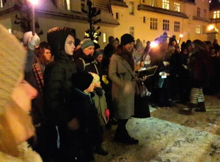 Rundt 120 personer kom på døra til Joker-butikken i Fayes gate for å hedre familien Singh. Foto: Anders Høilund