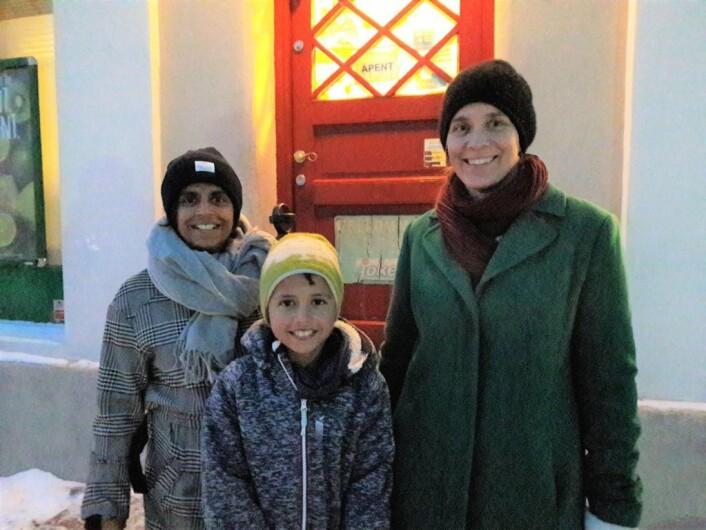 Leder i Lindern vel, Kristin Moldestad (t.h), sammen med styremedlemHeidi Shoba Søvold og hennes sønn Daniel (9) har lenge kunnet glede seg over en god gammeldags kjøpmann i Fayes gate. Foto: Anders Høilund