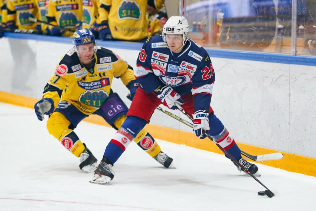 Rasmus Ahlholm i duell med Lars Løkken Østli (bak) under eliteseriekampen i ishockey mellom Vålerenga og Storhamar i Furuset Forum. Foto: Fredrik Hagen / NTB scanpix