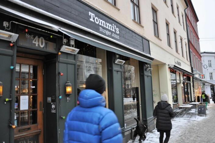 Tommi`s Burger Joint og Fru Hagen ligger begge i en bygård med leiligheter. Rett ved Olaf Ryes plass og trikkeholdeplassen. Foto: Arnsten Linstad