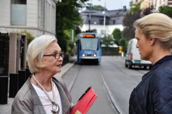 Ingvil Smines Tybring-Gjedde i samtale med Skovveien-aksjonist Marit Hvalvik rett utenfor baksiden av statsministerens bolig i Inkognitogaten. Foto: Arnsten Linstad
