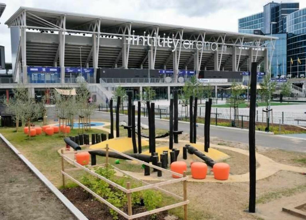 Barnehagen på Vålerengas nye stadion har ikek gjort ulovlige endringer på utearealene, slår Fylkesmannen fast. Dermed må saken til ny behandling hos plan- og bygningsetaten. Foto: Christian Boger
