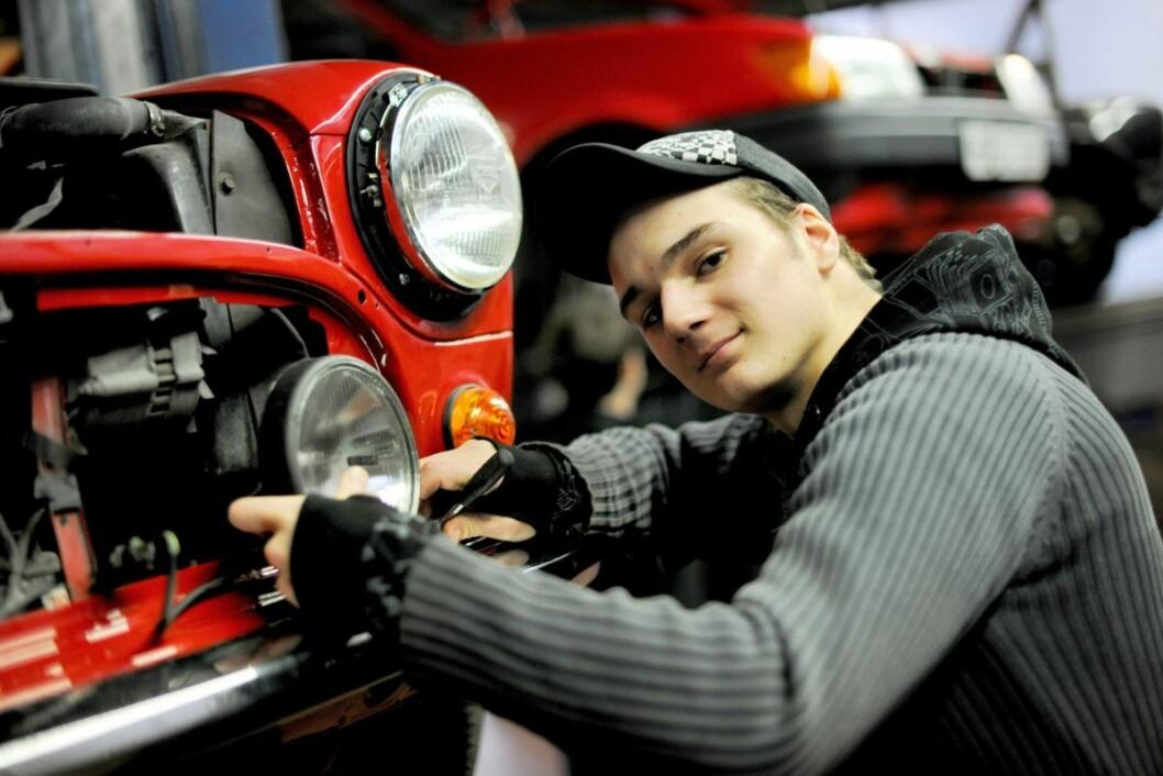 Lærling fester ny billykt på bil. Foto: Frank May / NTB scanpix