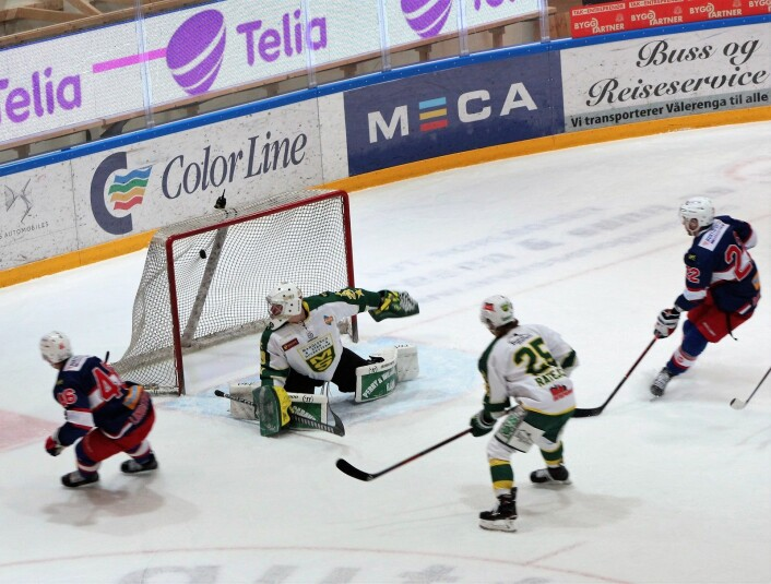 Tobias Lindstrøm (til venstre) er sikker alene med gjestenes keeper. Foto: Andrè Kjernsli