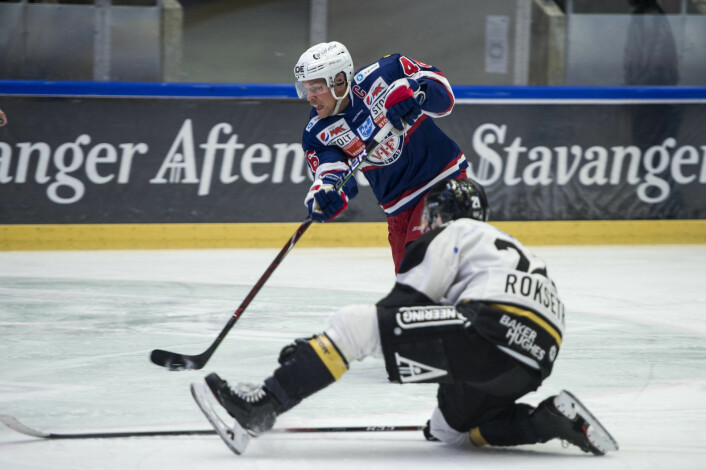 Oilers Daniel Bøen Rokseth forsøker å blokkere skudd fra Vålerengas Tobias Lindström under lørdagens kamp i DNB Arena i Stavanger. Foto: Carina Johansen / NTB Scanpix