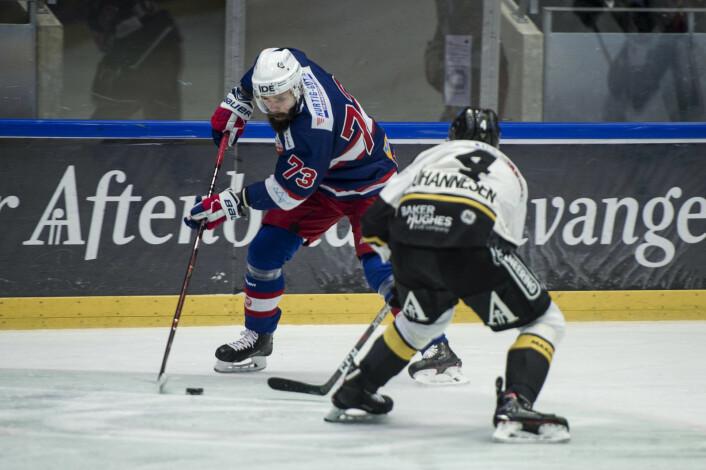 Vålerengas Villiam Strøm i duell med Oilers Johannes Johannesen lørdag ettermiddag. Foto: Carina Johansen / NTB Scanpix