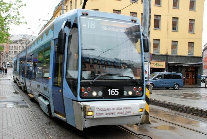 """En av de gamle """"italiatrikkene"""" på C.J. Hambros plass. Nå får Oslo snart de nye Urbos 100-trikkene. Foto: Arnsten Linstad"""