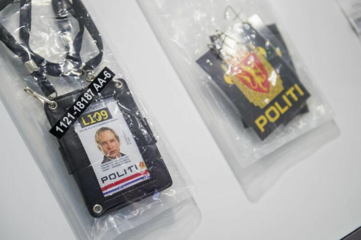 I 22. julisenteret kan folk blant annet se den falske politi-id`en og uniformseffektene terror-dømte Anders Behring Breivik benyttet på Utøya. Foto: Fredrik Varfjell / NTB scanpix