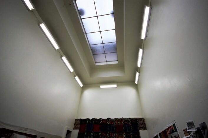 Glass i taket gir godt og naturlig lys i atelieret. Foto: André Kjernsli