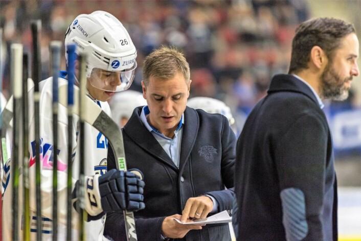 Instruksjoner fra treneren er viktig for å vinne en hockeykamp. � Alt går på engelsk, konstaterer Dan Remy Tangnes. Foto: Felix Klaus / EV Zug