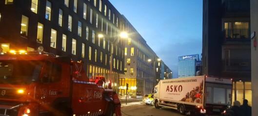 Lastebil kjørte seg fast i bygning. Sperret Schweigaards gate i rushtrafikken