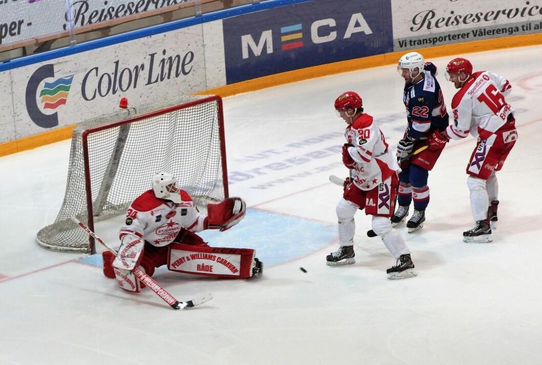 Tross åtte baklengsmål var Stjernens keeper Sander Rene Berg god mot Vålerenga. Foto: André Kjernsli