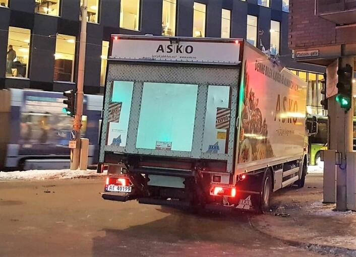 Her står lastebilen fra Asko bom fast etter at den svingte inn i bygningen ved Schweigaardsgate og Platous gate på Grønland. Foto: Tarjei Kidd Olsen