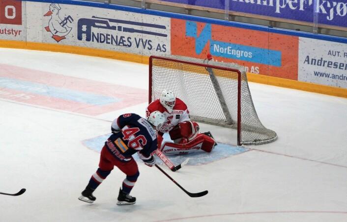 Tobias Lindstrom misser alene med Stjernen-keeper Sander Rene Berg. Sistnevnte gjorde en solid kamp tross mange baklengs. Foto: André Kjernsli