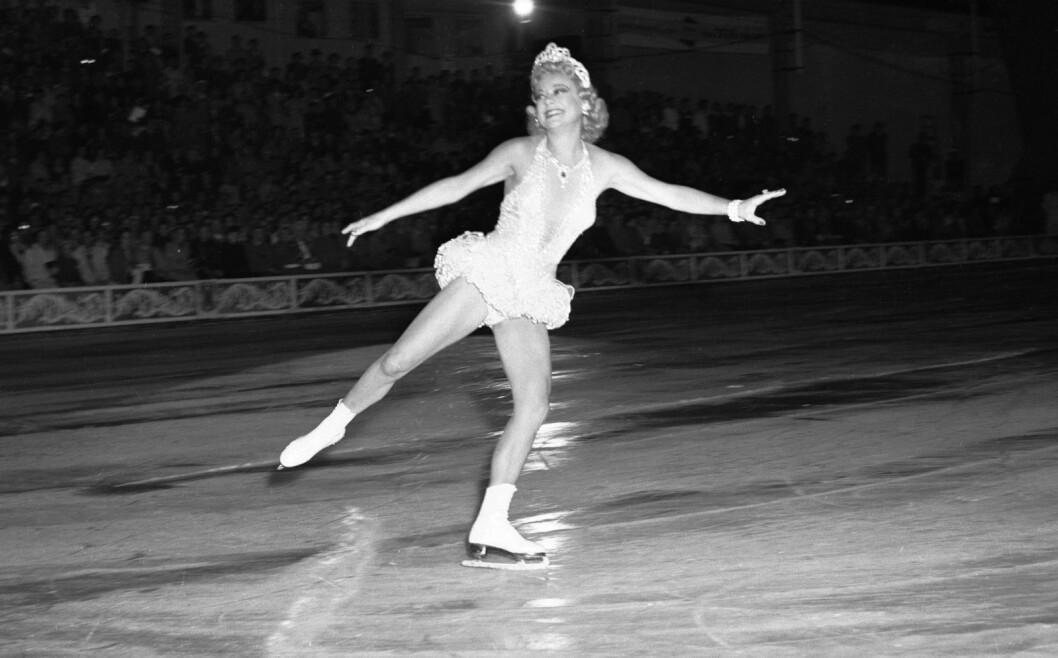 Etter toppidrettskarrieren ble Sonja Henie stor filmstjerne i Hollywood. I 1953 kom hun til Oslo og Jordal Amfi og opptrådte på is i Norge for første gang siden før andre verdenskrig. Foto: Høel /  NTB / Scanpix