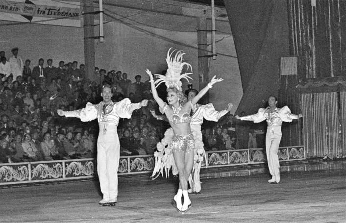 Norges største internasjonale idrettsstjerne før krigen, kunstløperen Sonja Henie, kom til Oslo i 1953 med sitt store isshow. For første gang etter krigen skulle Sonja Henie opptre for et norsk publikum. Her i aksjon under åpningsshowet på Jordal Amfi. Jordal (fremdeles en frilufts-bane) ble islagt midt på sommeren. Showet hadde 33 forestillinger, alle med fulle hus. Foto: Høel / NTB / Scanpix