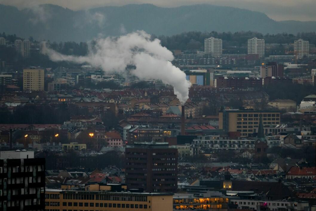 Oslo by med røyk fra pipa til Freia sjokoladefabrikk sett fra Ekeberg restauranten i november kulda. Foto: Heiko Junge / NTB scanpix