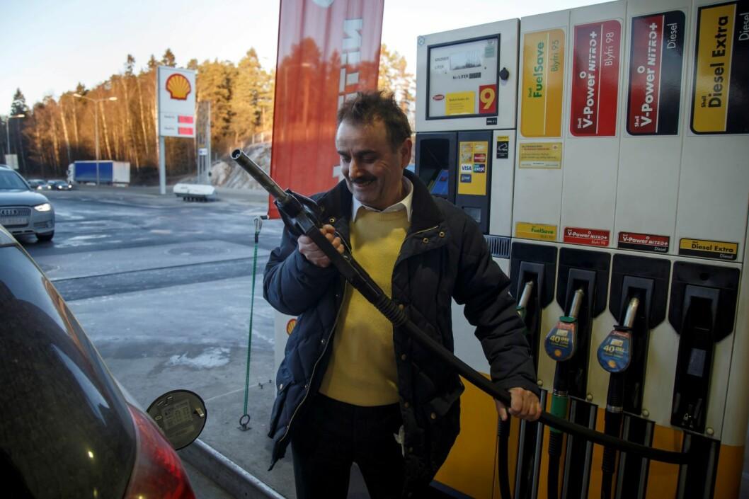 Saleyi Farhad fyller drivstoff på Shell stasjonen på Mortensrud utenfor Oslo. For tiden er det priskrig på bensin og diesel. Foto: Heiko Junge / NTB scanpix