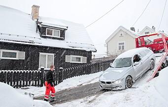 Bil traff hus i Ekebergveien – brannbil og ambulanse sto fast på glatta