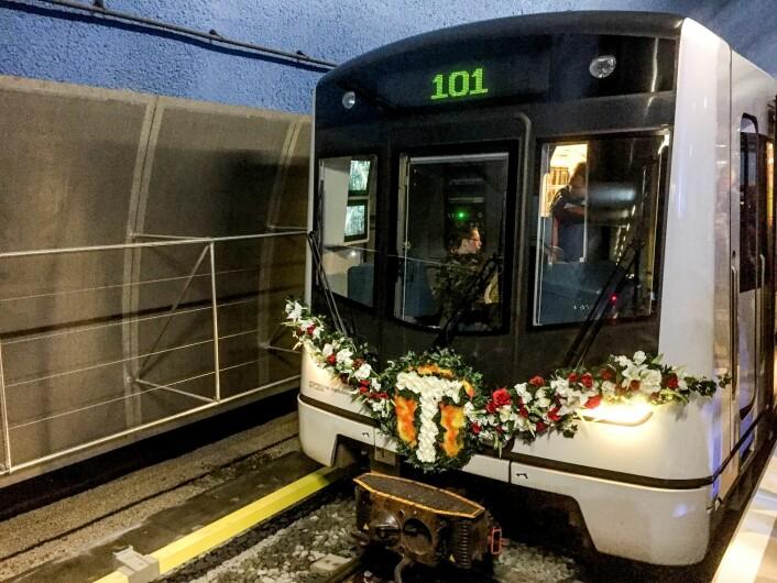 """Den første T-banen til nye Løren stasjon i Oslo. Pyntet med blomster og skiltet """"101"""" for å symbolisere at Løren stasjon blir Oslos 101. stasjon. Foto: Birgitte Iversen / NTB scanpix"""