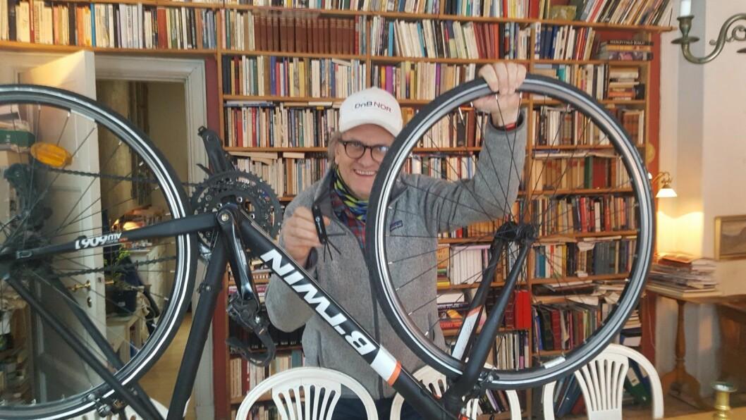- Som syklist kan jeg leve godt med at en og annen bil står et øyeblikk i et lite brukt sykkelfelt for å gjøre så trivelige innkjøp som man gjør på Polet, sier Pål H. Christiansen. Foto: Foto: Inger Frogg Jørgensen