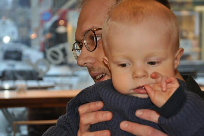 Ett år gamle Nils er blid og tålmodig mens pappa Anders Sondrup snakker med BU-leder Anne Christine Kroepelien. Foto: Arnsten Linstad