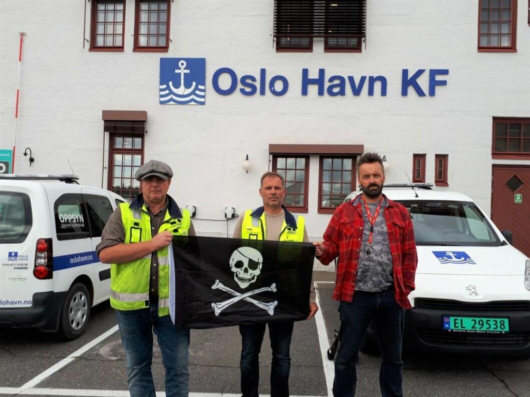 �  Havnearbeidere i Oslo har blitt mobba og feilaktig stempla som latsabber, kommunister og drittsekker, sier Anders Wennevold (til v.). Her står han sammen med Roar Langaard og Rune Berre (til h.) under en aksjon mot Oslo Havn KF i 2017. Foto: Christian Boger