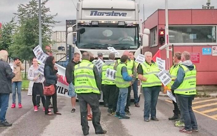 Oslos havnearbeiderne blokkerte inn- og utkjøringen til containerhavna på Sjursøya under en aksjon mot tyrkiske Yliport i 2017. Foto: Christian Boger