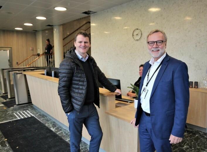 Leder av Frogner bydelsutvalg, Jens Jørgen Lie (H), og bydelsdirektør Odd Rune Andersen (til h.) i resepsjonen i bydelhuset på Skillebekk. Foto: André Kjernsli
