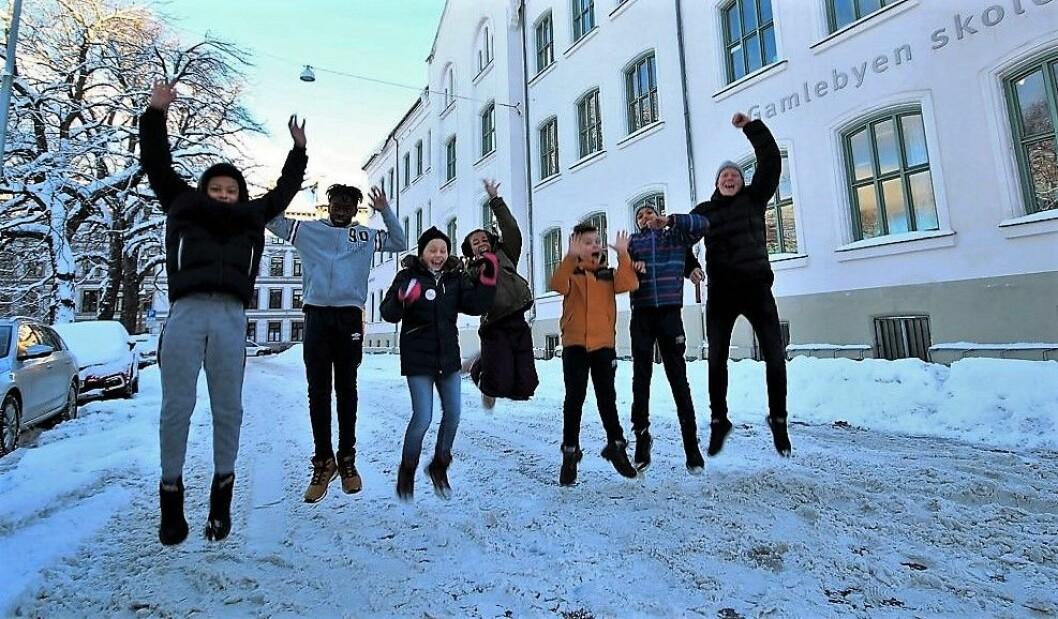 Lærer Christian Burdahl Antonsen og elevene (fra h) Noah (11), Gregers (12), Jahmila (10), Vera (10), Abdoulye (13) og Noah (12) håper Egedes gate kan bli den nye skolegården ved Gamlebyen skole. Foto: André Kjernsli
