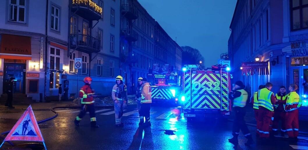 Toftes gate ble sperret ved Seilduksgata nedenfor Grünerløkka skole da brannvesenet foretok etterslokking ved 17-tiden lørdag. Foto: Christian Boger