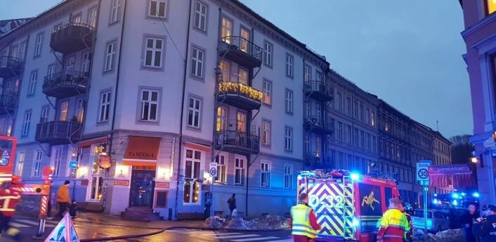 To personer tas hånd om av helsepersonell etter brannen i bygården i krysset Seilduksgata og Toftes gate på Grünerløkka. Foto: Christian Boger