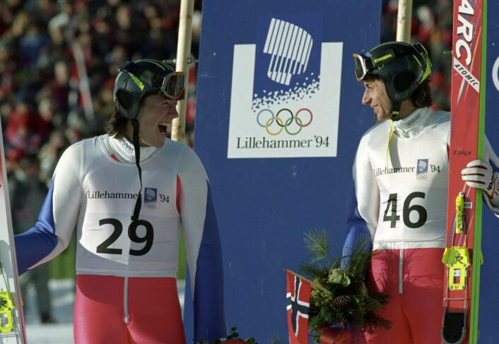 Vinter-OL på Lillehammer i 1994. Espen Bredesen (til h.) har akkurat tatt OL-gull. Til venstre står Lasse Ottesen som tok sølvet. Hoppbakkene i Østmarka hadde fostret en OL-vinner. Foto: Gunnar Lier / NTB scanpix
