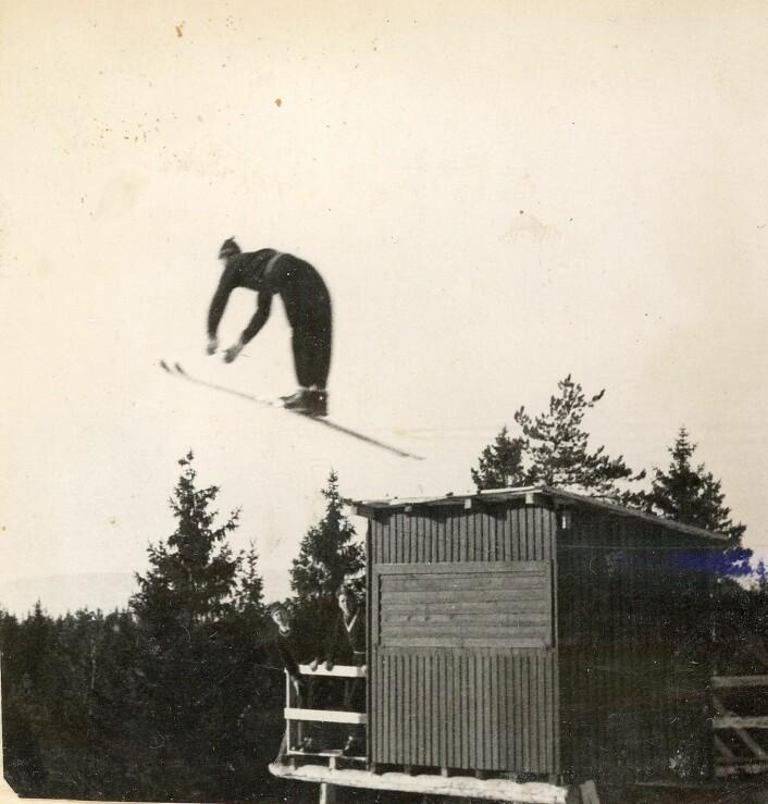 Ukjent hopper svever høyt over kulen i Bjartbakken. Foto: Østensjø historielag